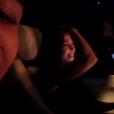 """Kourtney Kardashian s'amuse pendant que son chéri Younes Bendjima lui fait découvrir des morceaux de """"Un, deux, trois soleils"""", l'album de Khaled, Faudel et Rachid Taha paru en 1998. Le 5 février 2018."""