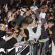 """La jolie Michelle Rodriguez parmi ses fans, lors de l'avant-première de """"Fast and Furious 4"""", au VUE Cinema de Leicester Square, à Londres, le 19 mars 2009."""