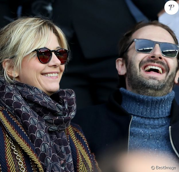 Flavie Flament et son chéri Vladimir - Célébrités dans les tribunes du parc des princes lors du match de football de ligue 1, Paris Saint-Germain (PSG) contre FC Nantes à Paris, France, le 18 novembre 2017. Le PSG a gagné 4-1.