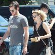 Exclusif - Rachel McAdams et son nouveau compagnon Jamie Linden achètent des oreillers dans une boutique de literie naturelle et organique à Los Angeles le 19 août 2016.