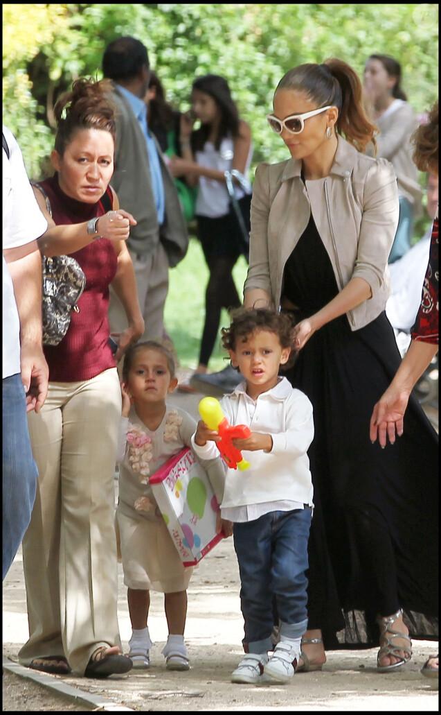 Jennifer Lopez et ses jumeaux Max et Emme à Paris. Juin 2011.