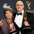 """Jeffrey Tambor avec Jill Soloway, créatrice de la série """"Transparent"""", lors des Emmy Awards le 18 septembre 2016 à Los Angeles."""