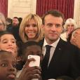 """Brigitte et Emmanuel Macron au milieu de leurs jeunes invités pour une nouvelle édition des """"Jeudis de l'Elysée"""" le 1er mars 2018"""