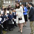 Kate Middleton, duchesse de Cambridge, enceinte de huit mois et vêtue d'un manteau Jojo Maman Bébé, visitait le 6 mars 2018 l'école primaire Pegasus à Oxford pour y observer le travail de l'association Family Links UK.