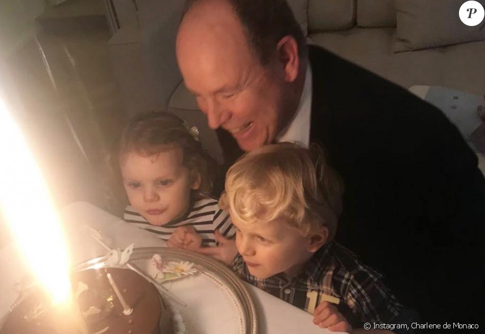 Albert de Monaco, 60 ans, souffle ses bougies avec ses jumeaux Jacques et Gabriella, le 14 mars 2018.