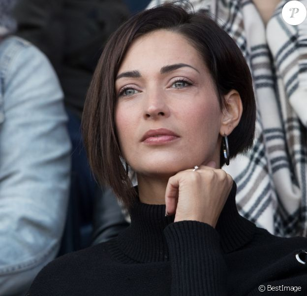 """Sheryfa Luna dans les tribunes lors du match de ligue 1 """"PSG - Angers (2-0)"""" au Parc des Princes. Paris, le 14 mars 2018."""