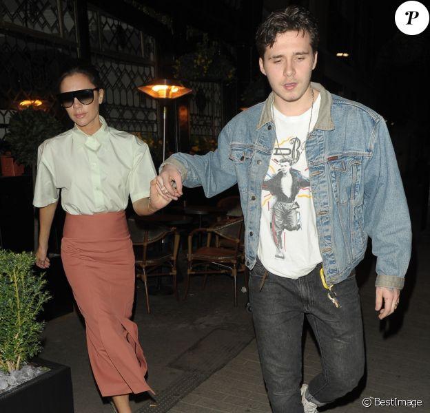 Victoria Beckham et son fils Brooklyn, main dans la main, quittent le restaurant Clarette à Londres, le 15 mars 2018.