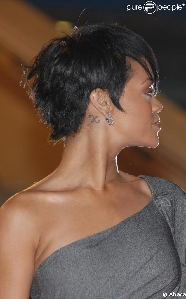 rihanna et son tatouage discret derri re l 39 oreille. Black Bedroom Furniture Sets. Home Design Ideas