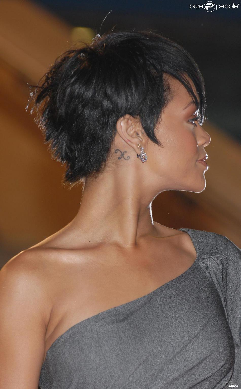 Tatouage Oreille Femme intérieur rihanna et son tatouage discret derrière l'oreille