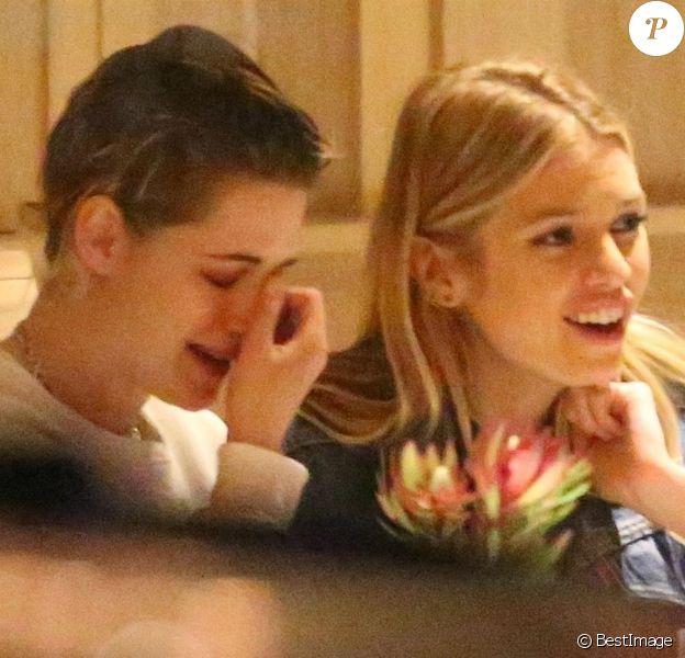 Exclusif - Kristen Stewart et sa petite amie Stella Maxwell dînent dans un restaurant à Los Angeles le 21 mars 2018.