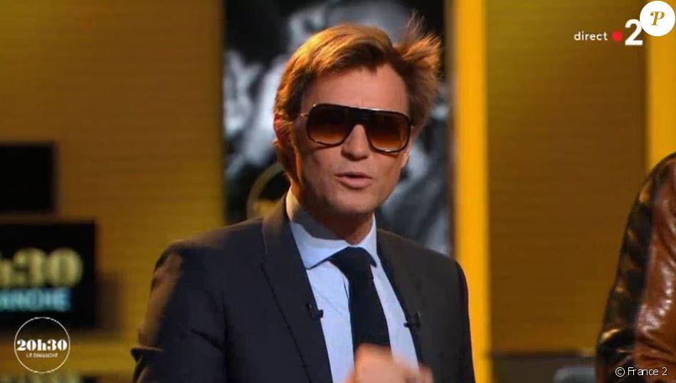 82e90eea4ec7fe Laurent Delahousse porte des lunettes de soleil façon Maître Gims dans   quot 20h30 le dimanche quot
