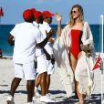 Toni Garrn se relaxe avec des amis et le mannequin Alina Baikova sur une plage de Miami le 1er avril 2018.