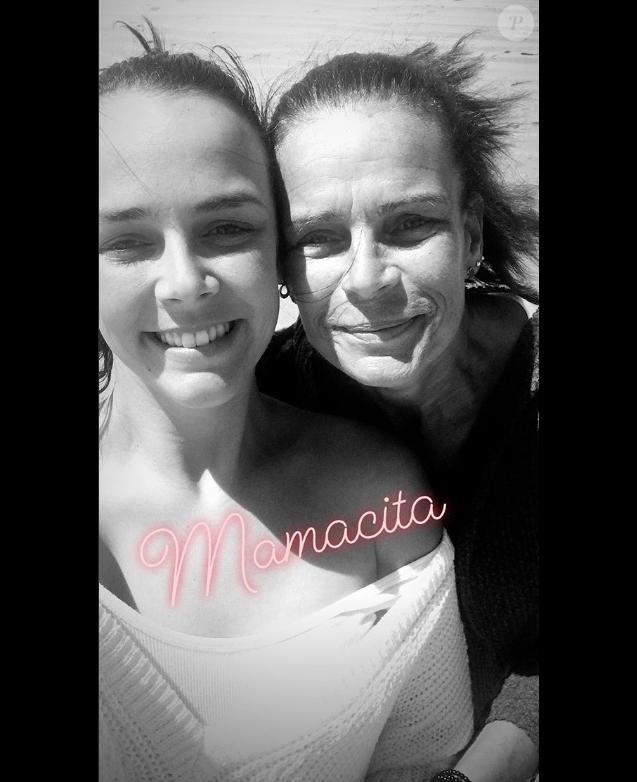 Pauline Ducruet avec sa mère la princesse Stéphanie de Monaco à Essaouira au Maroc après l'arrivée du Rallye Aïcha des Gazelles, image extraite de sa story Instagram du 3 avril 2018.