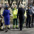 Le roi Carl XVI Gustaf et la reine Silvia de Suède ont salué des personnels de secours après avoir assisté dans la matinée du 7 avril 2018 à l'église Adolf Fredriks à Stockholm à une messe célébrée par Antje Jackelen à la mémoire des victimes de l'attentat au camion-bélier perpétré un an plus tôt, le 7 avril 2017, dans la rue piétonne Drottninggatan.