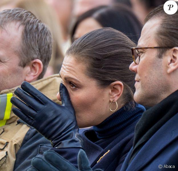 La princesse Victoria de Suède n'a pu retenir ses larmes alors qu'elle assistait avec son mari le prince Daniel, le 7 avril 2018 à Stockholm dans le parc du Kungsträdgarden, à un concert commémoratif en hommage aux victimes de l'attentat au camion-bélier perpétré un an plus tôt, le 7 avril 2017, dans la rue piétonne Drottninggatan.