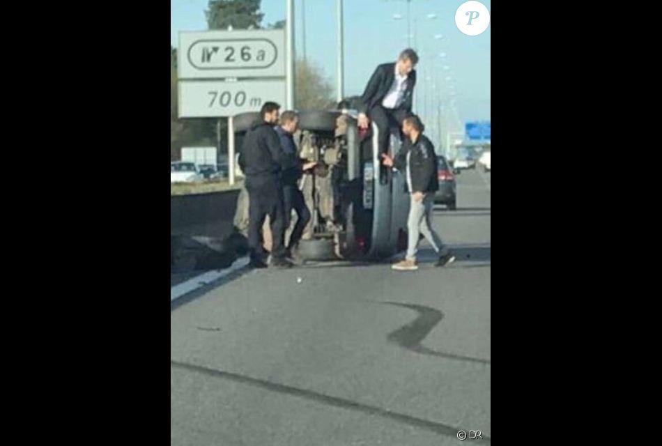 Arnaud Montebourg s'extrait de son véhicule après un accident à l'entrée de l'autoroute A63 près de Bordeaux, le 13 avril 2018.