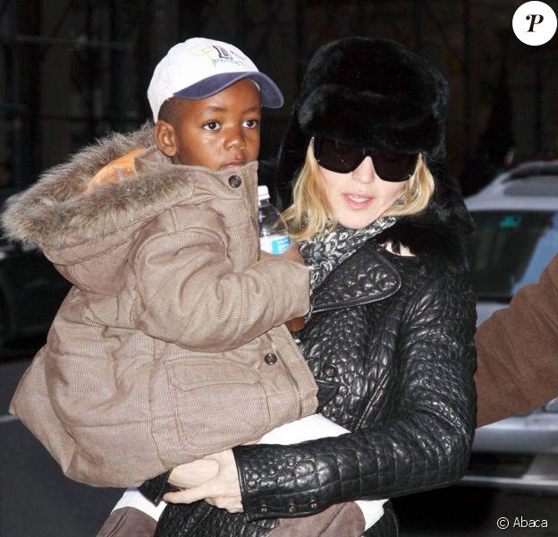 Madonna et son fils David à New York le 31 janvier 2009 en sortant du centre de la Kabbale