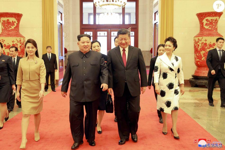 La rencontre du leader nord coréen Kim Jong-un et sa femme Ri Sol-ju avec le president chinois Xi Jinping et sa femme Peng Liyuan le 28 mars 2018.