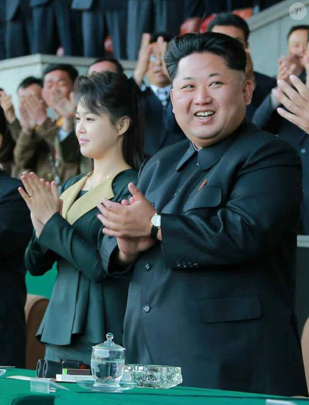 Le président nord-coréen Kim Jong-un et son épouse Ri Sol-ju lors d'un match de foot au Kim Il-sung Stadium de Pyongyang le 13 avril 2015.