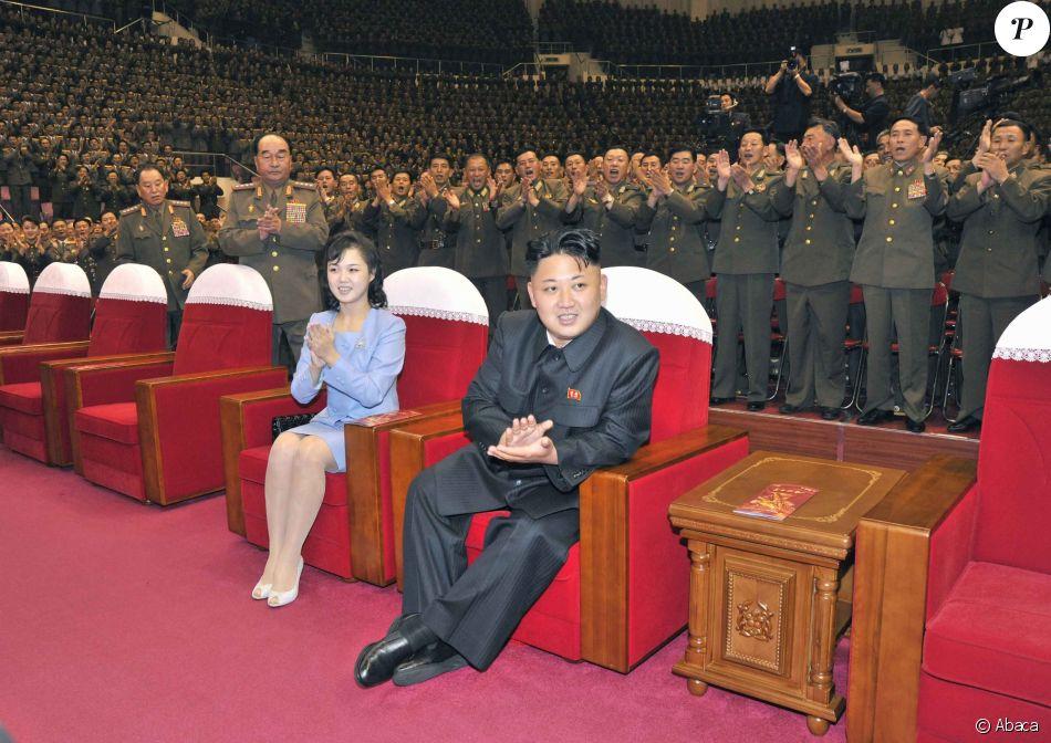 Le président nord-coréen Kim Jong-un et son épouse Ri Sol-ju lors d'un concert au théâtre de Pyongyang le 4 août 2013.