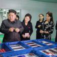 Le président nord-coréen Kim Jong-un et son épouse Ri Sol-ju visitent une entreprise de cosmétiques de Pyongyang le 29 octobre 2017.