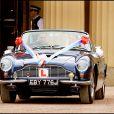Le prince William et la duchesse Catherine de Cambridge (Kate Middleton) quittant le palais de Buckingham en Aston Martin DB6 volante après leur mariage, en route pour Clarence House et la fête, le 29 avril 2011 à Londres.