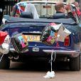 Le prince William, duc de Cambridge, et la duchesse Catherine de Cambridge (Kate Middleton) quittant le palais de Buckingham en Aston Martin DB6 volante après leur mariage, en route pour Clarence House et la fête, le 29 avril 2011 à Londres.