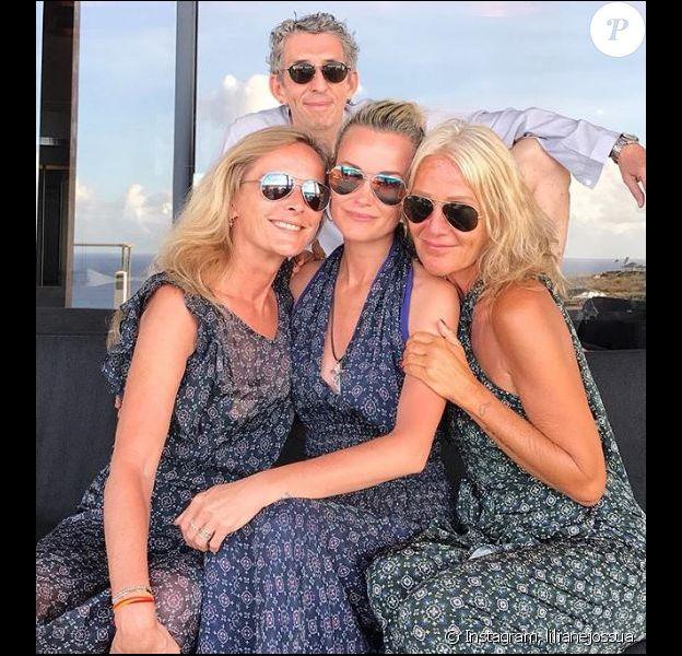 Laeticia Hallyday pose avec ses amis Michel Klein, Liliane Jossua et Marie Poniatowski à Saint-Barthélémy, avril 2018