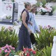 Exclusif - Laeticia Hallyday - Laeticia Hallyday est allée déposer des bougies sur la tombe de J. Hallyday avec ses filles Jade et Joy et des amis au cimetière de Lorient à Saint-Barthélemy, le 23 avril 2018.