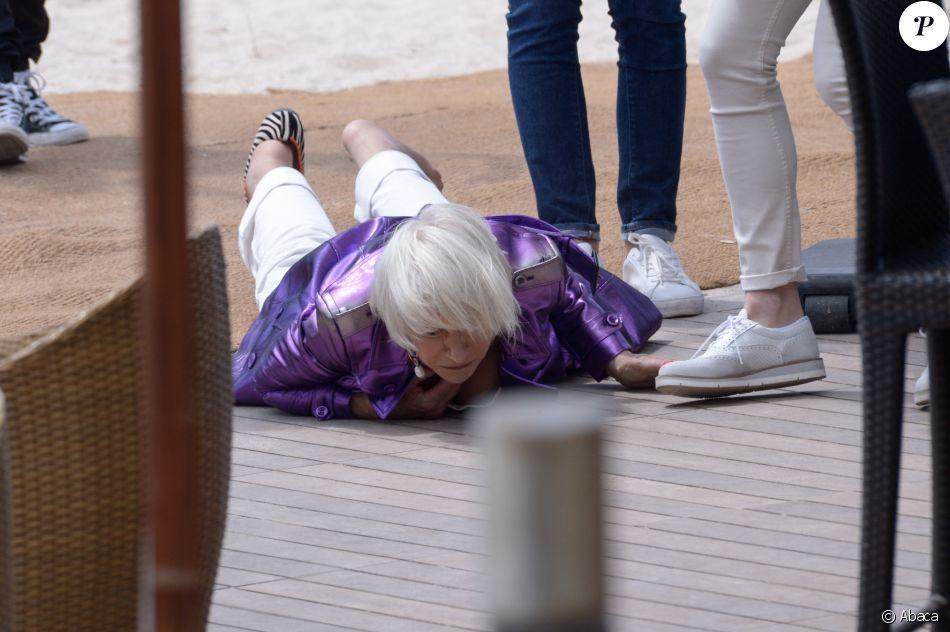 Helen Mirren au sol après une chute spectaculaire sur la plage du Martinez lors du 71e Festival de Cannes, le 12 mai 2018, après avoir accordé une interview. L'actrice s'est heureusement relevée indemne.