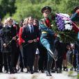 Le président de la République française Emmanuel Macron, sa femme la première dame Brigitte Macron et la ministre de la Culture Françoise Nyssen assistent à une cérémonie pour déposer des fleurs au monument de Mortherland au cimetière mémorial de Piskarevskoïe de Saint-Pétersbourg, Russie, le 25 mai 2018.