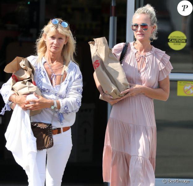 Semi-Exclusif - Laeticia Hallyday et Isabelle Camus font des courses au drugstore CVS à Pacific Palisades, le 26 mai 2018.