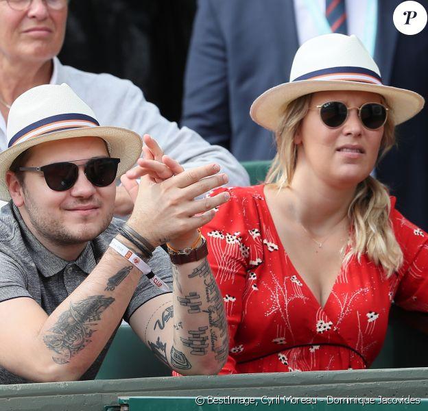 Jeff Panacloc et sa femme Charlotte de Hugo dans les tribunes lors des internationaux de France de tennis de Roland Garros le 30 mai 2018. © Cyril Moreau - Dominique Jacovides/Bestimage