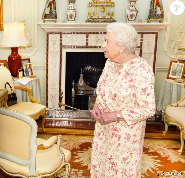 La reine Elizabeth II d'Angleterre en audience avec George Brandis, haut-commissionnaire australien, au palais de Buckingham à Londres. Le 30 mai 2018.