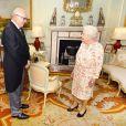 La reine Elisabeth II d'Angleterre en audience avec George Brandis, haut-commissionnaire australien, au palais de Buckingham à Londres. Le 30 mai 2018.
