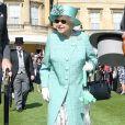La reine Elizabeth II à la rencontre de ses invités lors de la première garden aprty de l'année 2018 au palais de Buckingham à Londres le 15 mai 2018.