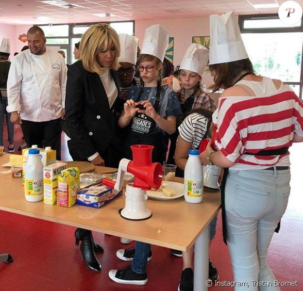 Brigitte Macron en visite au collège Camille du Gast (Achères, Yvelines) pour le concours Les Brigades Culinaires. La première dame n'était pas seule puisque le chef de l'Elysée, Guillaume Gomez, était aussi présent (à gauche de la photo).
