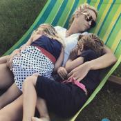 Elodie Gossuin, maman tendre avec ses jumeaux pour une sieste en famille