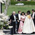 Le roi Carl XVI Gustaf de Suède et la reine Silvia de Suède arrivant au mariage de Louise Gottlieb et Gustav Thott à Hölö au sud de Stockholm le 2 juin 2018.