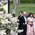 Le roi Carl XVI Gustaf et la reine Silvia de Suède avec le prêtre Michael Bjerkhagen lors du mariage de Louise Gottlieb et Gustav Thott à Hölö au sud de Stockholm le 2 juin 2018.