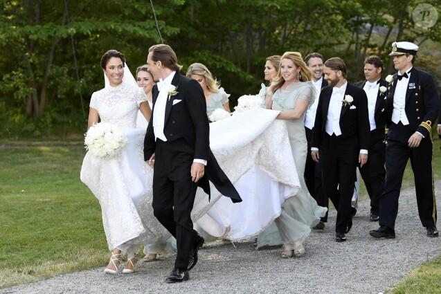 La princesse Madeleine de Suède était demoiselle d'honneur lors du mariage de son amie d'enfance Louise Gottlieb, conduite ici à l'église par son père Fredrik, à Hölö au sud de Stockholm le 2 juin 2018.