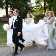 Louise Gottlieb et son père Fredrik, avec la princesse Madeleine de Suède (demoiselle d'honneur), lors de son mariage avec Gustav Thott à Hölö au sud de Stockholm le 2 juin 2018.