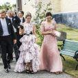 Le prince Daniel de Suède (à gauche) et la princesse Victoria de Suède (à droite) au mariage de Louise Gottlieb et Gustav Thott à Hölö au sud de Stockholm le 2 juin 2018.