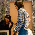 """Kendall Jenner et Kourtney Kardashian sont allées déjeuner au restaurant """"Broken Coconut"""" avec des amis à New York, le 5 juin 2018."""