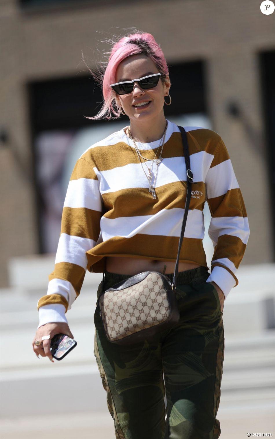 """Lily Allen salue les photographes à la sortie des studios de l'émission """"Loose Women"""" à Londres. La chanteuse est ensuite allée déjeuner chez Soho House à Londres, 6 juin 2018."""
