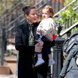 Liv Tyler se promène avec sa fille Lula Rose Gardner à New York le 22 avril 2018.