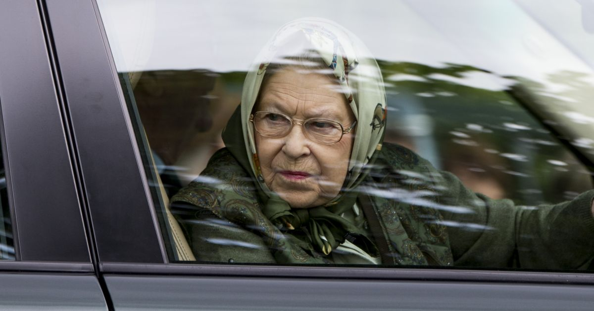 la reine elisabeth ii d 39 angleterre au volant de sa voiture range rover au windsor horse show le. Black Bedroom Furniture Sets. Home Design Ideas