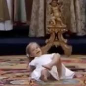 Léonore de Suède se roule par terre au baptême de sa soeur, Madeleine dépassée