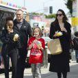Exclusif - Angelina Jolie et ses filles Zahara et Vivienne se baladent à Los Angeles et s'arrêtent à un food truck le 19 mars 2018.