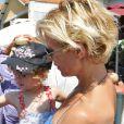 """Rebecca Hampton et sa petite Elea à la 5ème fête du """"Pointu"""" au Grau d'Agde le 25 juin 2016. © Robert Fages / Bestimage"""
